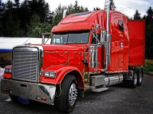 červené nákladní auto
