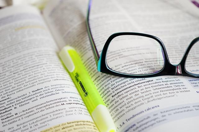 brýle a zvýrazňovač na knize
